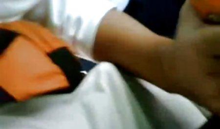 Zwei schwarze Stöcke in einer weißen private sexfime Hündin