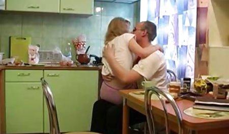 Das Mädchen privatsexfilm in roten erotischen Dessous wird ein heißer Partner